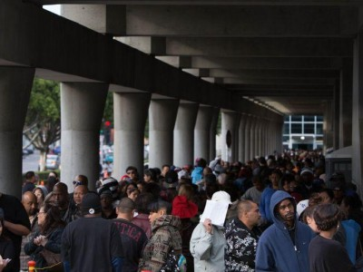 Hundreds of people waiting for free dental care at the Los Angeles Convention Center on Wednesday. Image by Tanya Musgrave/NAD