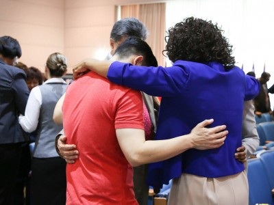 Church leaders and staff at the Inter-American Division headquarters office in Miami, Florida, pray together during the spiritual emphasis week held May 16-21, 2016. Image by Keila Trejo/IAD