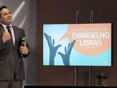 """Adventist pastor Douglas Silva, who is deaf, lead the """"Evangelibras"""" series. All images by Jefferson Paradello/SAD"""