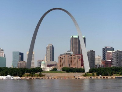 A panoramic view of the St. Louis skyline, dominated by the 630-foot (190-meter) Gateway Arch. (CillanXC / Wikipedia)